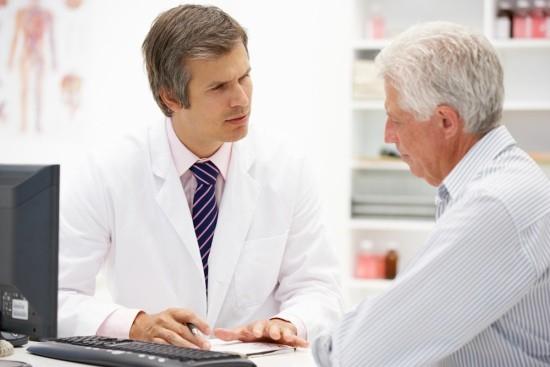 Пожилой мужчина на приеме у терапевта