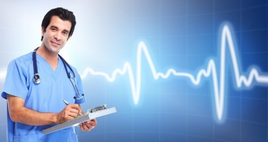 Доктор делает записи в истории болезни