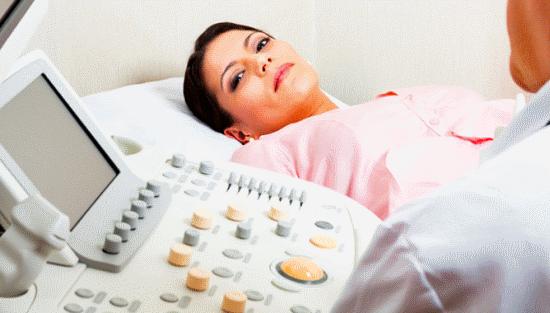 Женщина на ультразвуковом исследовании шейки матки