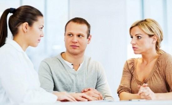 Муж с женой на консультации у репродуктолога