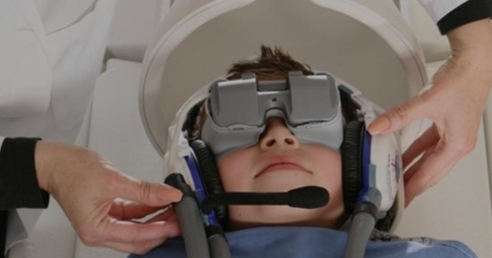 Ребенок на МРТ в наушниках и очках