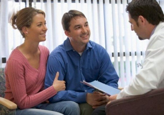 Муж с женой на консультации у акушер-гинеколога