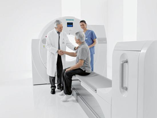 Рентгенолог объясняет пациенту особенность компьютерной томографии