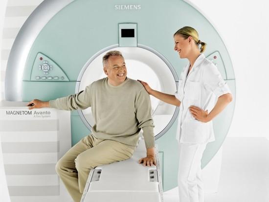 Мужчина готовится к МРТ сосудов головного мозга