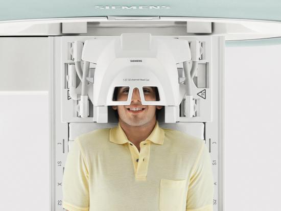 Мужчина на МРТ