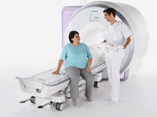 Лаборант объясняет пациентке суть исследования