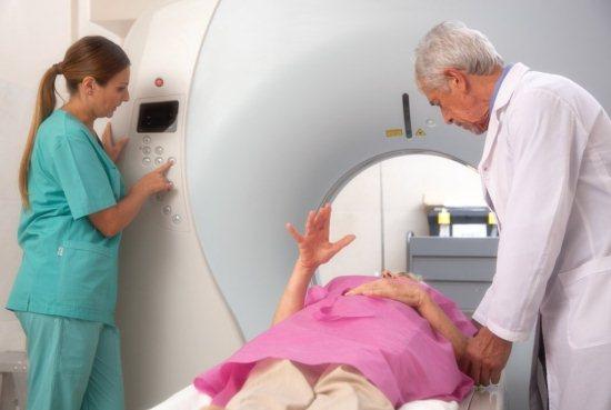Женщина на МРТ