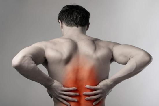 Мужчина испытывает боли в спине