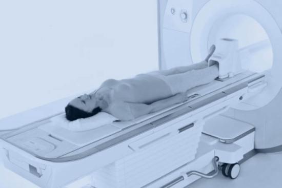 Женщина на МРТ стопы