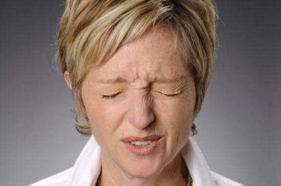Женщина страдает от головной боли