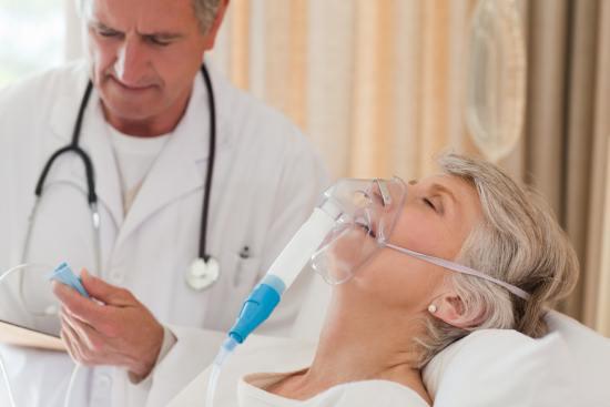 Пожилая женщина страдает бронхиальной астмой
