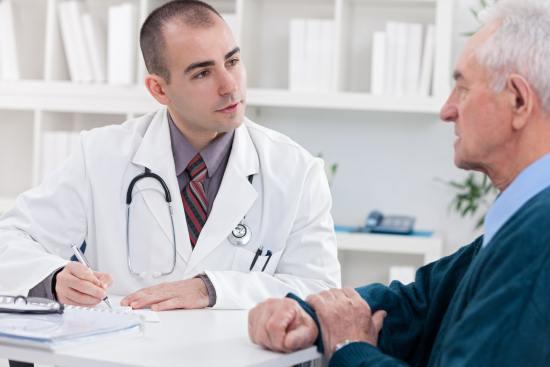 Врач объясняет пациенту необходимость сделать КТ органов малого таза
