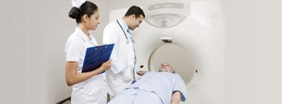 Пациент готовится к компьютерной томографии шейного отдела позвоночника