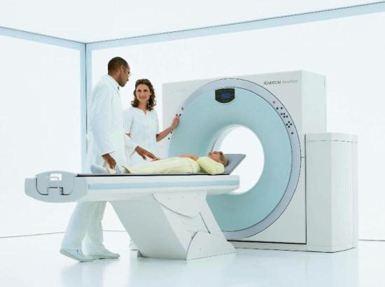 Женщина на столе компьютерного томографа