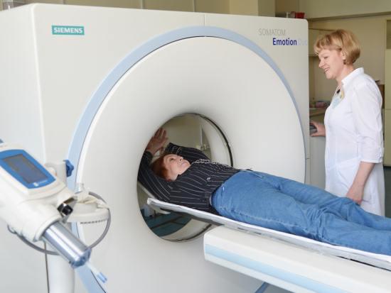 Женщина готовится к компьютерной томографии