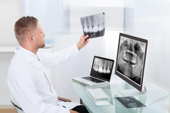 Врач изучает рентгенограммы
