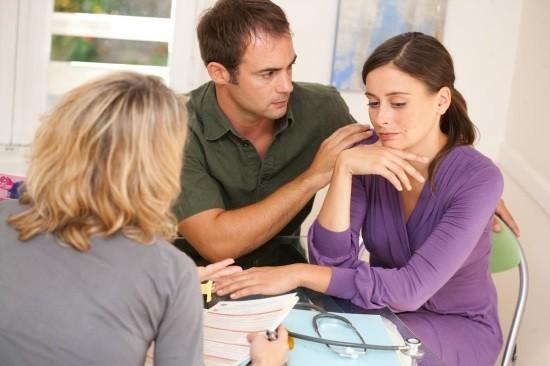 Семейная пара на приеме у врача по поводу бесплодия