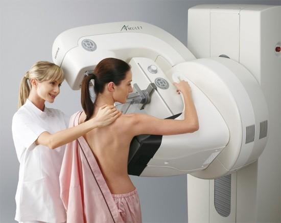 Женщине проводят маммографию