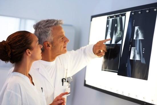 Травматологи оценивают рентгеновские снимки