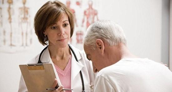 Доктор проводит опрос и осмотр больного