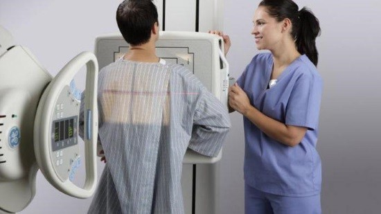 Пациент проходит рентгенографию ОГК