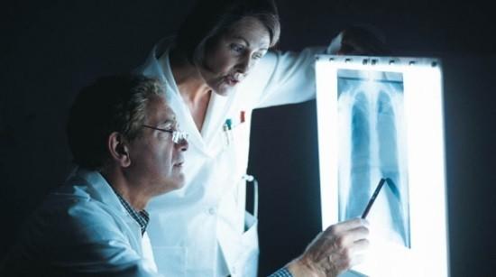 Врачи и рентгеновский снимок легких