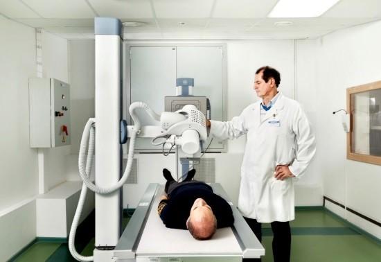 Мужчина готовится к рентгеновмкому исследованию