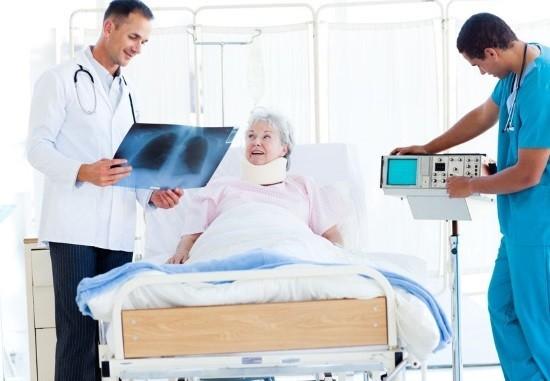 Доктор оценивает рентгенограмму ОГК
