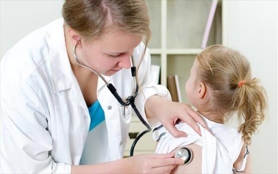 Врач выслушивает легкие ребенка с помощью фонендоскопа