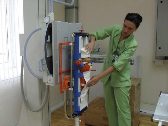 Пример удерживающего устройства для младенцев в рентген-кабинете