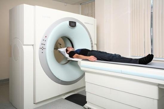 Мужчине проводят компьютерную томографию