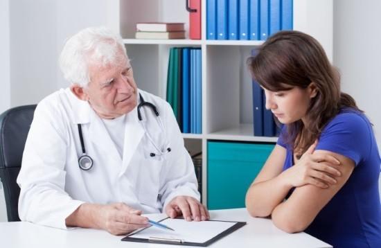 Врач объясняет пациентке ход лапароскопии