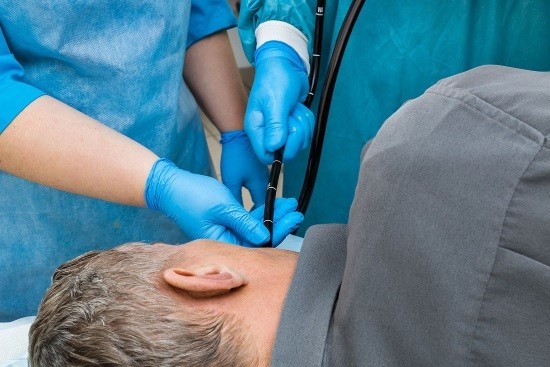 Мужчине проводят гастроскопию