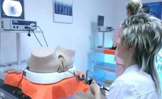 Гинеколог отрабатывает навыки гистероскопии на тренажере