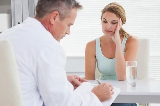 Женщина на приме у гинеколога после гистероскопии