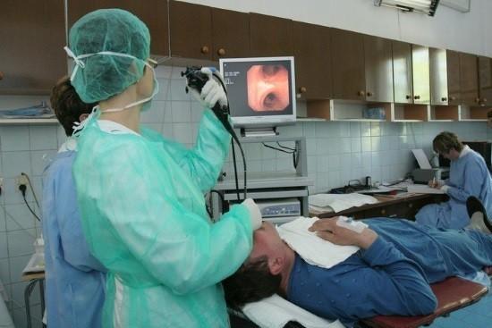 Пациенту проводят бронхоскопию