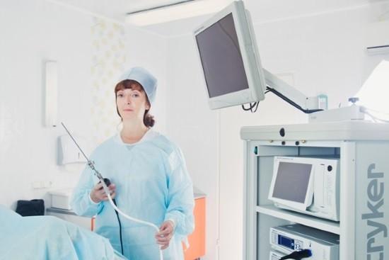 У гинеколога в руках гистероскоп