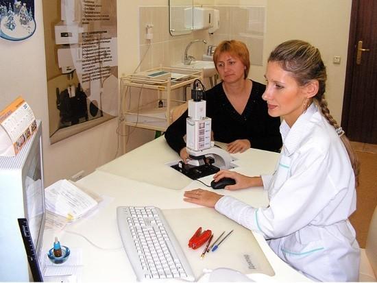 Пациентке проводят капилляроскопию