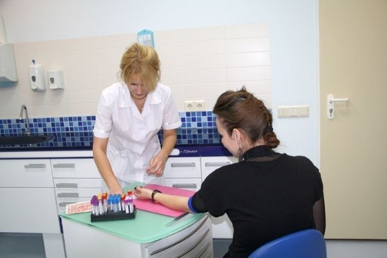 Девушка сдает анализ крови из вены