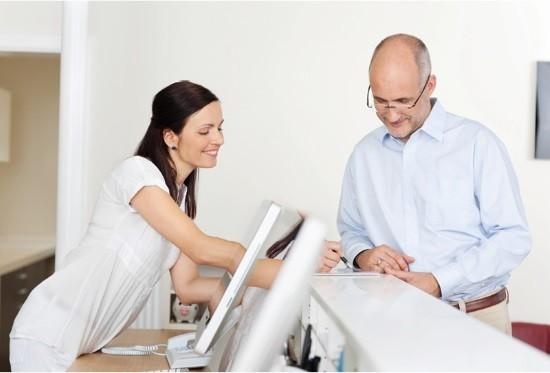 Мужчина заполняет документы перед гастроскопией