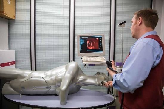 Эндоскопист проводит гастроскопию
