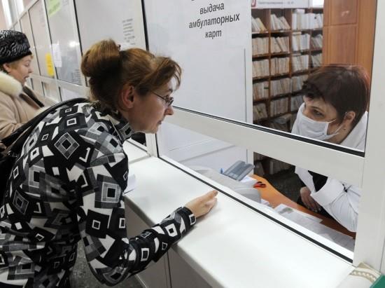 Женщина беседует с медрегистратором