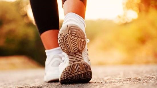 В программу тренировок необходимо постепенно включать дозированную ходьбу