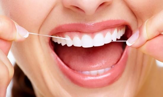 Удаление налета с помощью зубной нити