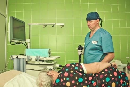 Женщина готовится к проведению эзофагоскопии