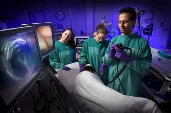 Ультразвуковой датчик при помощи эндоскопа подводят максимально близко в исследуемому образованию