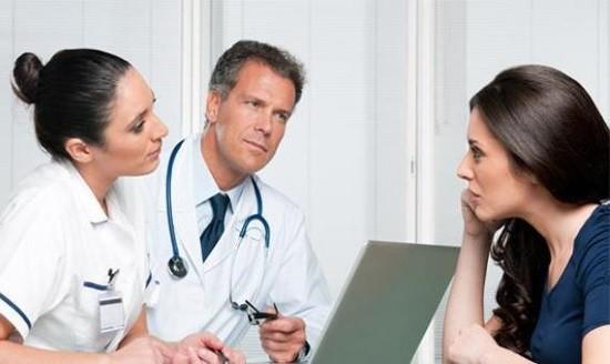 Гинекологи рассказывают пациентке о подготовке к исследованию