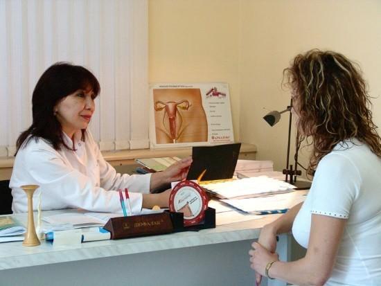 Гинеколог подбирает дату для гистероскопии