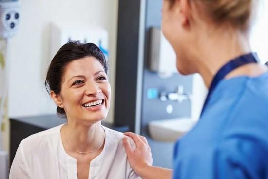 Пациентка на консультации у хирурга по поводу лапароскопии