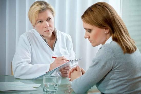 Женщина на консультации у репродуктолога по поводу бесплодия